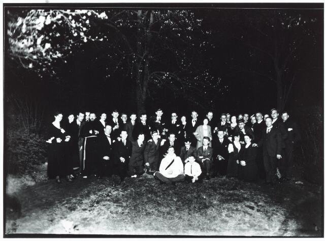 051947 - Hoger Voortgezet Onderwijs. R.K. Handelshogeschool te Tilburg. Eerste  Doctorale -Examen aan de R.K. Handelshogeschool te Tilburg. P.P van Berkum uit Den Haag slaagde met lof. Men ziet zijn doctoraalsfeest.