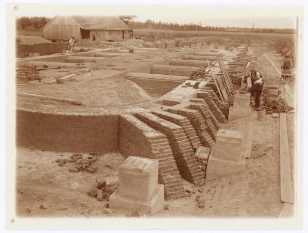 039581 - Bouw oven steenfabriek firma Claesen aan de Lovense Kanaaldijk.
