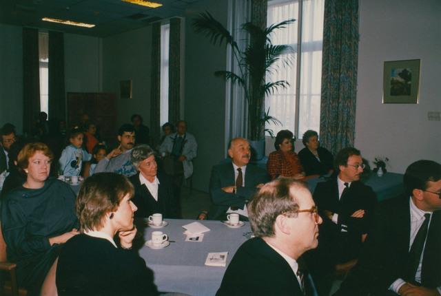 651281 - Tilburg, 125 jaar stad aan het spoor. Manifestatie. Het officiële programma van de Manifestatie startte in Breda in Hotel Mercury. Daar verwelkomt Ben van der Veer (vice-voorzitter) de aanwezigen.