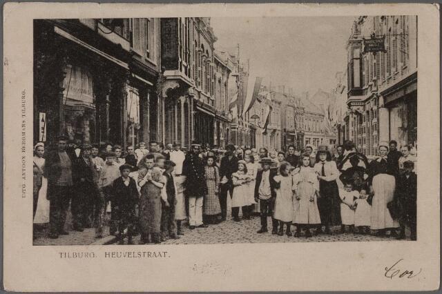 011354 - Heuvelstraat tussen Heuvel en Willem II-straat. Ongeveer in het midden een politieagent in zomertenue. Rechts een vrouw die de zogenaamde 'Bossche muts' draagt. Links een vrouw met dienstbodemutsje.