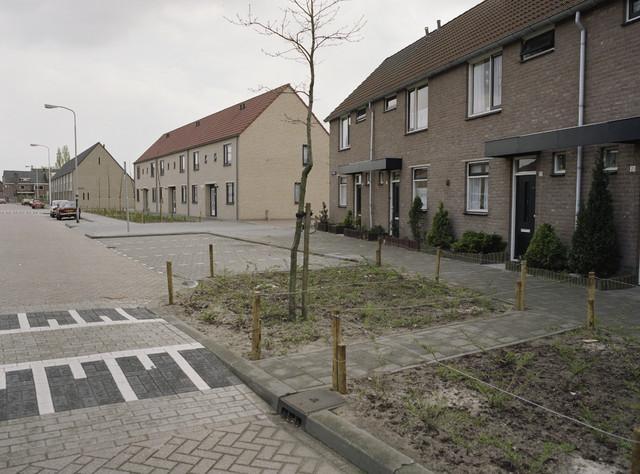 """TLB023000144_003 - Nieuwbouwwoningen in oud stadsdeel.   Foto genomen in kader """"SPB / BouwRai"""" ter promotie van het """"Samenwerkingsverband Praktijkopleiding Bouw"""" en de tweejaarlijkse bouwmaterialenbeurs in de Amsterdamse RAI."""
