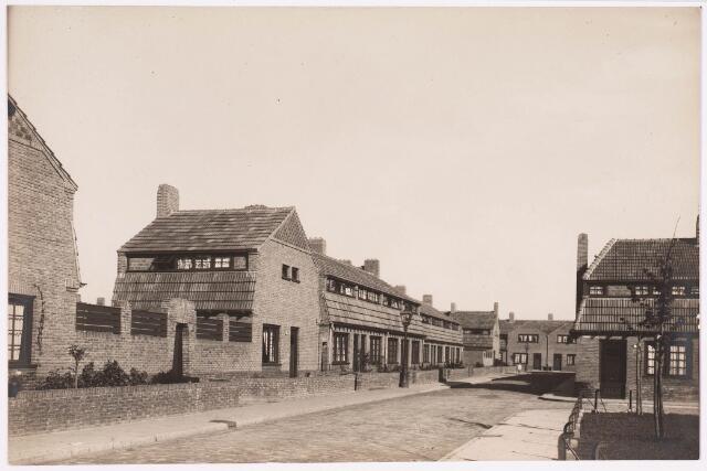 034221 - Walvisstraat, de straat rechts is het Commelinplein. Vermoedelijk is het jaartal 1924.