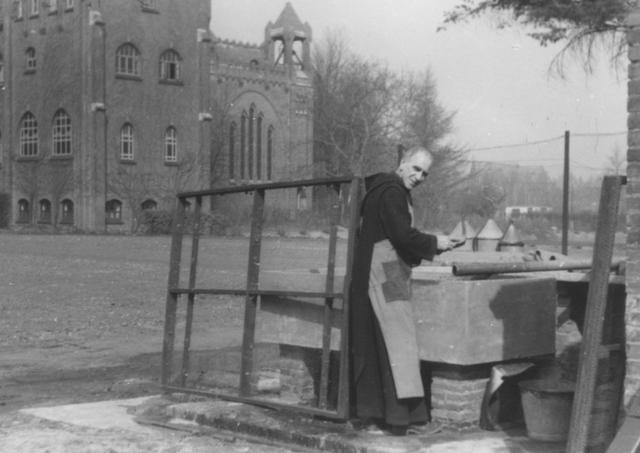 105251 - Monnikenleven Frater Martin bezig met constructie-werkzaamheden tegen het decor van de Sint Paulusabdij. Kloosters