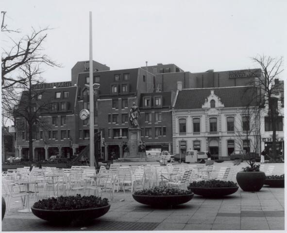 021199 - Zuidzijde van de Heuvel met het pas gerealiseerde winkelcentrum Heuvelpoort