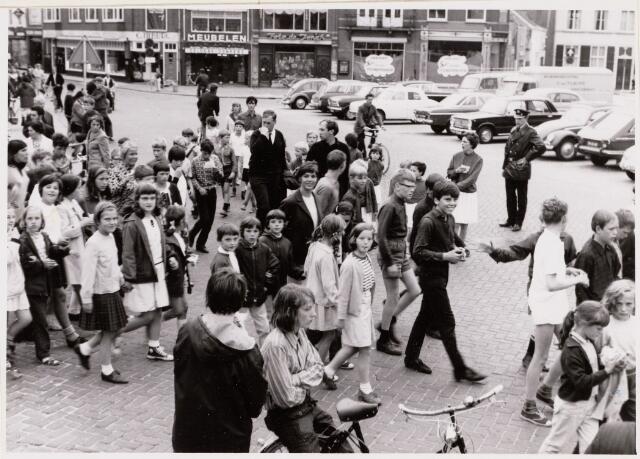 100088 - Wandelsport. Start van de avondvierdaagse in 1967 op de Markt