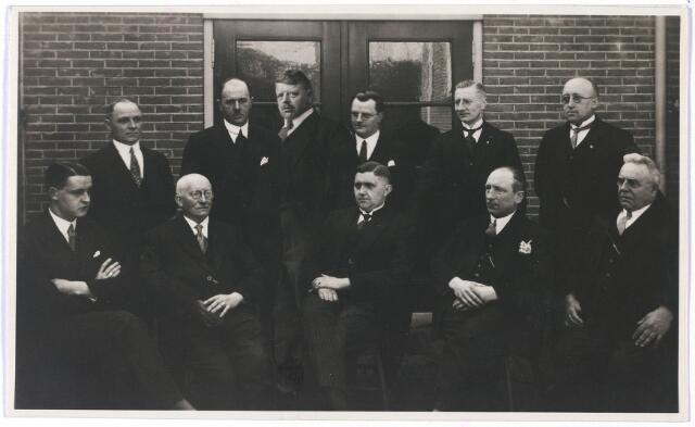 004797 - Erecomité bij het feest ter gelegenheid van de vijftigjarige aanwezigheid van de paters capucijnen in Tilburg in 1935. Zittend in het midden Laurent Janssens (Tilburg 1899-1975), textielfabrikant en wethouder van Tilburg van 1939 tot 1961. Rechts naast hem J. van Arendonk en Bertens. Andere namen die op de achterkant van de foto staan: Dekker, Mannaerts, Janssens en René van Dooren.