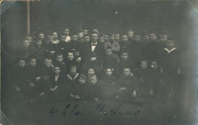650066 - Verhoeven.Klassenfoto. Lagere school (jongens) parochie Sint Anna. 5e klas St. Anna. Achterste rij, 3e van rechts: Bert Verhoeven (1913-1986, later onderwijzer Broekhoven 1 en leraar VGLO en St. Jozef-mavo)
