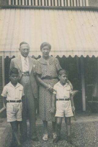 650907 - Familie Gersons. Louis Gersons (6.8.1893-22.12.1944) met zijn vrouw Martina Gersons - van Gelder (9.12.1906-10.1.1945) en hun twee zoontjes Hans (10 mei 1931 - 23 april 1945) en Magnus Frits (15 januari 1934). Frits was de enige van het gezin die de oorlog overleefde. Volgens de gegevens van Kamp Westerbork was hij niet bij zijn broer of ouders tijdens hun verblijf daar.  De ouders overleden beide in Bergen-Belsen; zoon Hans in de Verloren Trein. De Verloren Trein was een transport waarop de Duitsers 2500 mensen vervoerden van Bergen Belsen naar onbekende bestemming. Hans die in die trein zat overleed waarschijnlijk aan vlektyfus voordat hij door de Russen kon worden bevrijd.