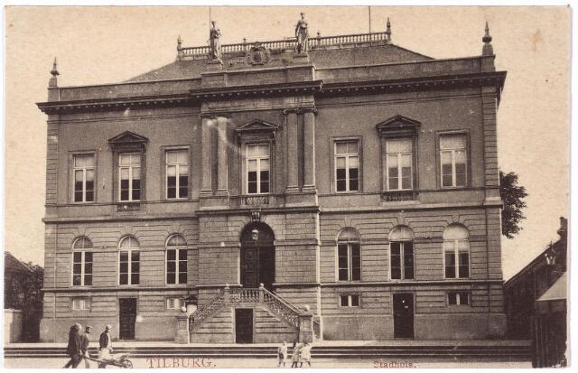 002335 - Voormalig gemeentehuis aan de Markt, nu Stadhuisplein. Het raadhuis werd gebouwd in de jaren 1848-1849 door aannemer Jos. de Kroon uit 's-Hertogenbosch voor de aanneemsom van 37.900 gulden. Architect was de bekende Tilburger Hendrikus Jacobus van Tulder (1819-1903). Het gebouw was aanvankelijk bestemd voor de stedelijke administratie alsmede voor de armen-administratie, kantongerecht en kamer van koophandel. In het sous-terrain waren de gevangeniscellen. Het werd gebouwd in de classicistische bouwstijl met pleisterwerk en hardstenen ornamenten. In het omlijste medaillon bovenaan in het midden het wapen van Tilburg. Rechts en links hiervan twee zinken beelden, geplaatst in 1905. Zij stellen de handel en de nijverheid voor. Sinds 1936 was in het gebouw alleen nog de secretarie gehuisvest. In november 1971 werd het pand gesloopt ten behoeve van de verbreding van het Stadhuisplein. Het stond toen op de rijksmonumentenlijst.