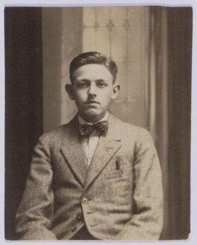 049077 - Bernardus Petrus Maria (Bernard) de Beer, geboren te Tilburg op 18 december 1902 zoon van Lambertus Th.M. de Beer en Theresia C.H.M. Eras. Hij werd priester gewijd in 1929.