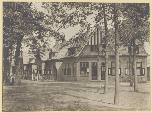 073627 - Hoek Burgemeester Canterslaan-van Beckhovenstraat met de inmiddels verdwenen kruidenierswinkel van Bartje Weijdenven.