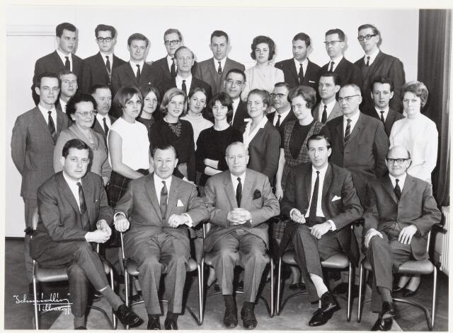 037986 - Textiel. Directie en kantoorpersoneel van wollenstoffenfabriek A & N Mutsaerts eind februari 1966