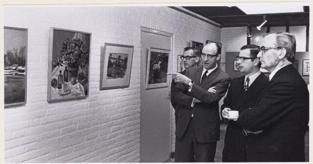 101210 - Tentoonstelling. Het raadslid J. Janssens opende de tentoonstelling van de Kunstcontact groep