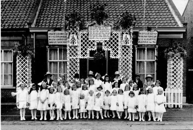 048433 - Gouden bruiloft van Petrus (Piet) de Cock geboren 30 januari 1849 - 13 juli 1930 en Martina van Laerhoven geboren 12 december 1850 - 9 februari 1940, gehuwd 19 juli 1877 te Tilburg. Deze foto is gemaakt aan de Hasseltstraat 155 . Voorste rij 5e van links, Annie Samuels-Mutsaers en haar zus Trees Bedaux-Mutsaers rechts schuin erachter. Onder de boog voor de deur, rechts Johanna Hoofs-Schoenmakers.