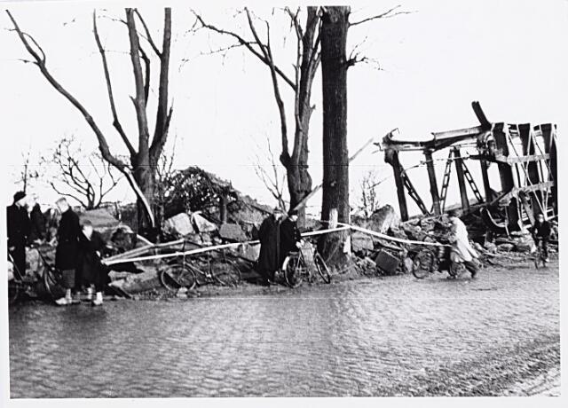 012335 - WO2 ; WOII ; Tweede Wereldoorlog. Vernielingen. Om militair vervoer mogelijk te maken werden de brokstukken van de spoorbrug over de Bosscheweg opzij geschoven. Ook de bevolking profiteerde hiervan