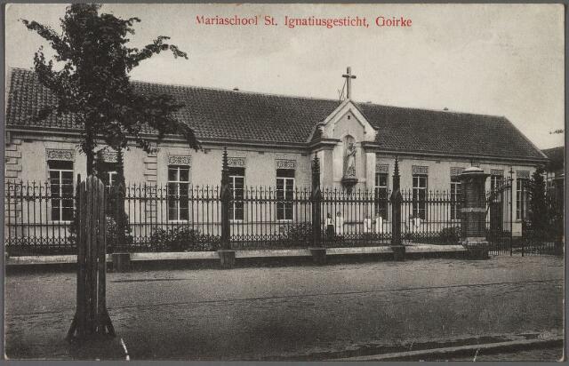 010650 - De Mariaschool, een bijzondere lagere school voor meisjes, waar ook een bewaarschool in opgenomen was. De foto is genomen vanuit de Goirkestraat. Deze school werd in 1912 gebouwd. Het onderwijs werd verzorgd door de Congregatie van 'Zusters van O.L.V. Moeder van Barmhartigheid', van het naastliggende St. Ignatiusgesticht, Goirkestraat 74. In 1921 werd, rechts naast deze school, een nieuwe meisjesschool geopend waarin, naast een lagere school, ook een mulo werd gevestigd. Het was een ontwerp van de Tilburgse architect Cees van Meerendonk. In 1927 werd op de locatie van de oude school een nieuwe  pastorie gebouwd.