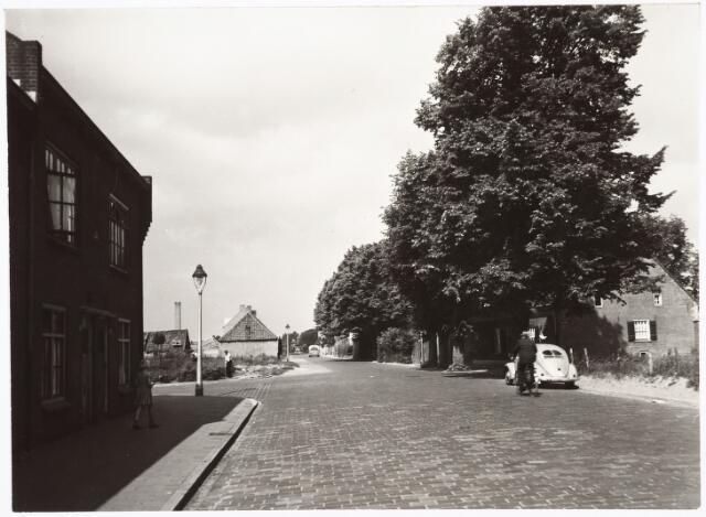 027397 - Oerlesestraat ter hoogte van de Trouwlaan, in de richting Korvel. Links en rechts op de voorgrond de Trouwlaan.