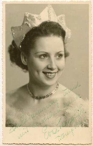 601946 - De Oostenrijkse kunstschaatser Eva Pawlik (1927-1983) werd in 1949 in Tilburg gefotografeerd door Leo van Beurden. In datzelfde jaar haalde zij een gouden plak bij de Europese kampioenschappen kunstschaatsen. De foto werd in Tilburg gesigneerd door Eva en schonk deze aan de fotograaf.