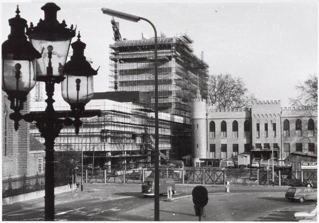 032633 - Nieuwbouw stadskantoor aan het Stadhuisplein. Links lantaarnmonument uit 1902 voor burgemeester J.F. Jansen.