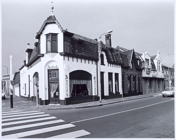 020590 - Winkel in antiek en curiosa op de hoek Hasseltstraat - Kwaadeindstraat (links). Daarnaast een kapsalon en de winkel in electronische artikelen van Baeten