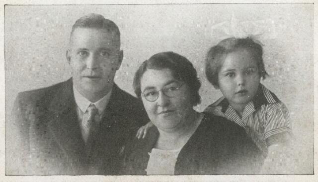 604475 - Tweede Wereldoorlog. Oorlogsslachtoffers. Augustinus Vincentius M.L. Stalpers; werd geboren op 22 augustus 1901 in Tilburg en overleed op 10 mei 1940 in Tilburg.  Norbertina Cornelia A. Stalpers-van der Velden; werd geboren op 17 december 1900 in Tilburg en overleed op 12 mei 1940.  Augusta Johanna M. Stalpers; werd geboren op 9 februari 1933 in Tilburg en overleed op 10 mei 1940 in Tilburg. Tijdens de eerste oorlogsdagen waren de berichten op de radio en in de kranten over de plotselinge Duitse inval nogal onheilspellend. Maar het was ook een beetje een 'ver van mijn bed show'. Je hoorde ontploffingen in de richting van vliegveld Gilze-Rijen en zag de overvliegende Duitse vliegtuigen. Dat was het wel zo'n beetje. Tilburg was kennelijk geen doelwit. Maar op vrijdag 10 mei 1940, even na vieren in de middag, vlogen drie Duitse vliegtuigen van west naar oost over de stad. De Luchtbeschermingsdienst meldde later dat er vier brisantbommen waren ingeslagen waarvan de eerste drie bommen, die terecht kwamen op panden op de Spoorlaan, grote materiële schade veroorzaakten en enkele lichtgewonden. De bominslag in de Noordstraat was echter fataal. De bom viel tussen de mensen die zich op dat moment op straat bevonden. Twaalf mensen werden direct gedood, twee overleden later aan de opgelopen verwondingen. De bommen waren waarschijnlijk bedoeld voor het stationsemplacement.
