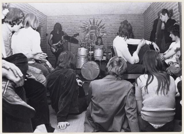 101178 - In de kelder in het Buurthuis-west vond een soos van de jeugd plaats ter gelegenheid van  de eerste ingebruikname