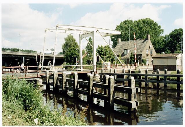 039915 - Ophaalbrug over het Wilhelminakanaal nabij de Eindhovenseweg. Op de achtergrond de A58.