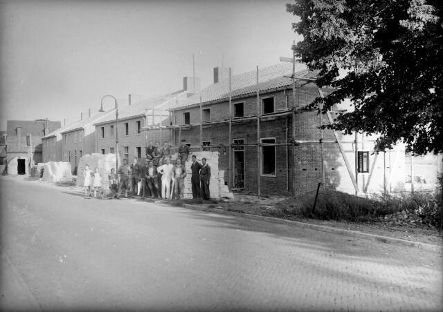 650612 - Schmidlin. Aannemersbedrijf Koenen bouwt woningen in Dongen, 1948.