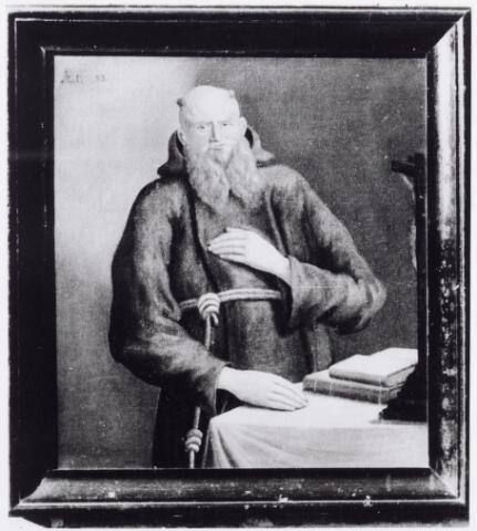 046131 - Schilderij. Pater Adjutus van Goirle, in de wereld Jan Baptist Smarius. Hij werd gedoopt te Goirle op 13 maart 1746 als zoon van uit Tilburg afkomstige ouders: Jan Hubert Smarius (Smariën) en Eva Jacob de Beer. Smarius studeerde in Leuven en werd in 1770 priester gewijd in de orde der capucijnen, waar hij een van de leidende figuren werd, o.a. als raadslid van pater Ambrosius van Maastricht. In Hasselt werd hij in 1785 gekozen tot custos (letterlijk vertaald koster, belast met de verzorging van de erediensten). Van 1791 tot 1794 was hij gardiaan (overste) van het klooster te Velp aan de Maas. Hij overleed plotseling te Gelder (Duitsland) 'bij de Pater Noster onder de H. Mis' op 26 oktober 1799. Op het schilderij is dan ook zijn leeftijd van 53 jaar vermeld (links boven). In het toen nog Nederlandstalige Gelder (nu Geldern) was hij lector en belast met de opleiding van jonge medebroeders.  Zijn ouders waren gegoed te Goirle, waar zij woonden 'aen de toren', en te Tilburg op het Goirke, aan de Stokhasselt en de Hoeven. Smarius had nog twee broers die priester werden. Te Goirle werd de nalatenschap van zijn ouders verdeeld tussen zijn broer Willem en zijn zussen Maria, getrouwd met Peter Ockers, Geertruij, getrouwd met Willibrordus Peters, en Dorothea, ongehuwd winkelierster en kwezel te Goirle.