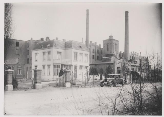082328 - Lederfabriek Noord-Brabant aan de Julianastraat 38.  Op de voorgrond de woning van de directeur. Op de achtergrond een van de grootste lederfabrieken in die tijd. Het complex werd in 1944 door brandbommen vernield. Na de oorlog werd het weer opgebouwd. In 2009 is dit complex afgebroken om plaats te maken voor woningen en appartementen. Het appartementencomplex is in dezelfde stijl opgetrokken. Inclusief de schoorsteen en de watertoren.