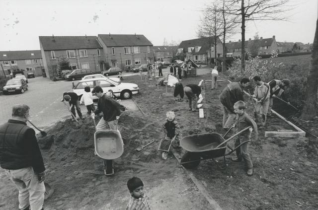 651264 - Mooi zo, goed zo. Bewoners zijn aan het werk om een jeu-de-boulesbaan te bouwen.