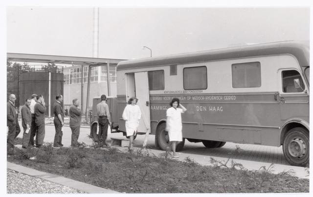 039403 - Volt, Hulpafdeling, Medische Dienst, Verbandkamer.Personeel. Een van de laatste keren dat bij Volt een röntgenologisch borstonderzoek werd gedaan. De foto toont complex Noord omstreeks 1985.