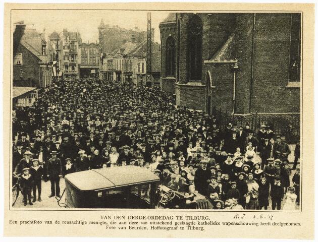 008936 - De Derde Ordedag te Tilburg. Fotograaf A. van Beurden geeft prachtig overzicht op de geslaagde wapenschouw door een grote menigte bij de kerk van 't Heike. (reproductie; origineel niet in collectie aanwezig)