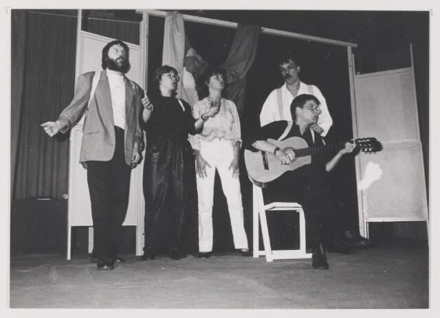 """081721 - K.A.M. 1987. Optreden van cabaretgroep """"Stof"""" in het gemeentehuis te Rijen"""