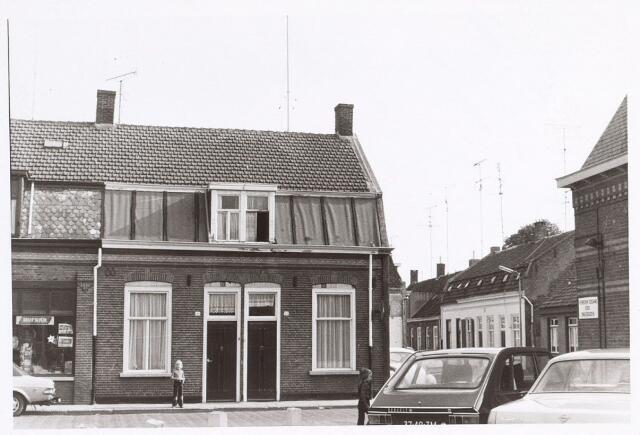 017236 - Panden Capucijnenstraat 48 (links) en 50 (rechts) anno 1974. Rechts de Van Sonstraat