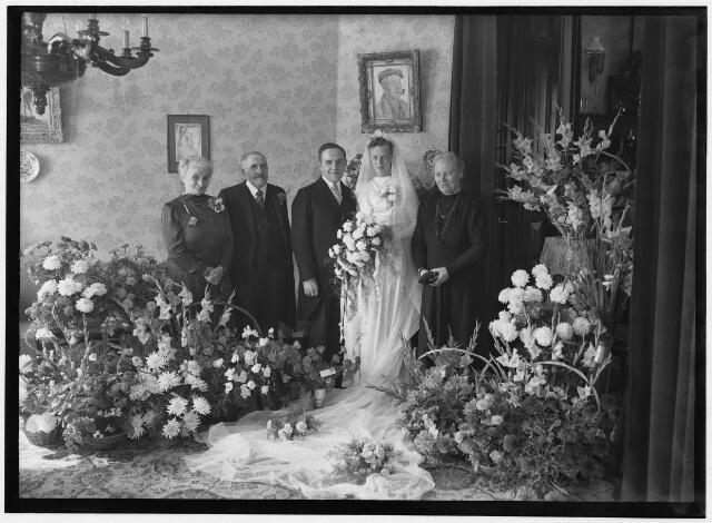 050886 - Huwelijk echtpaar Mulders- de Goeij. Willy Adolf Marie Cornelia Mulder was secretaris in de periode 1947-1974. Hij was geboren in Den Bosch op 4 juni 1913. Toen hij solliciteerde naar de functie was hij recent benoemd als secretaris van de gemeente Helvoirt. Hij was getrouwd met Ria de Goeij, dochter van de oud-burgemeester van Udenhout.