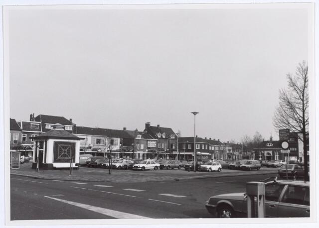 014836 - Besterdplein gezien vanuit de Besterdring. Het gebouwtje links is een elektriciteitshuisje. In het gebouwtje op de achtergrond, met het torentje, was vroeger een politiepost gevestigd