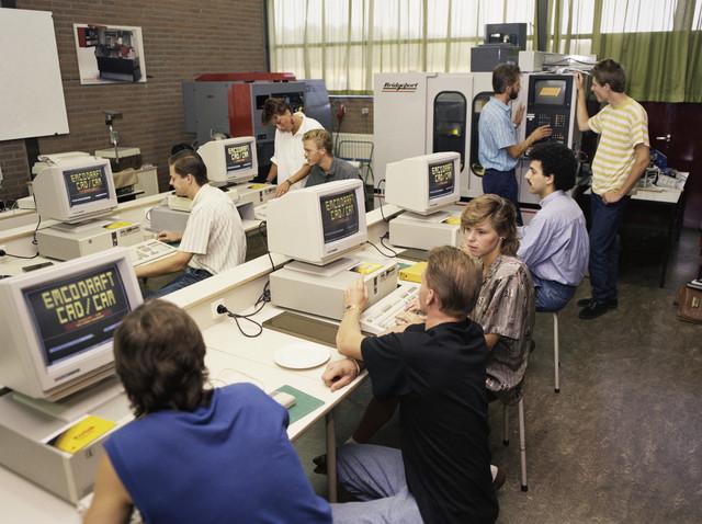 """TLB023000083_001 - Leslokaal technische school met leerlingen aan de computer met CAD /CAM software. De """"Computer Aided Design""""/Computer Aided Manufactoring"""" software stuurt de Bridgeport freesmachine aan.  Foto t.b.v. Onderwijsexpositie."""