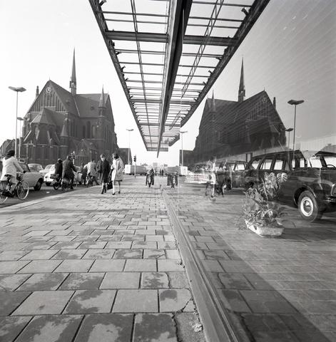 D-00692 - Aan de rechterkant de voormalige Ford garage Knegtel - Aan de Linkerkant de in 1975 gesloopte Heilig-hartkerk aan de Noordhoekring.