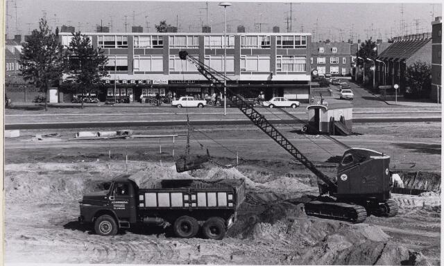 101689 - Reconstructie van de Slotlaan; op de achtergrond het winkelcentrum Dr. Janssenslaan en rechts de St. Maartenstraat.