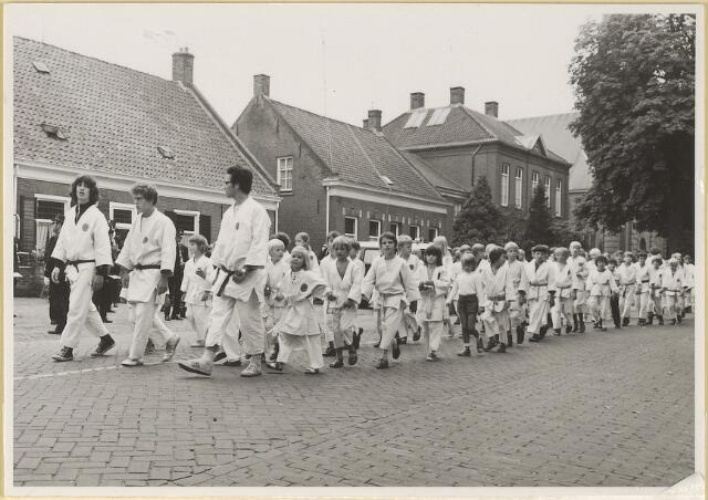603544 - Een Judosportverenging uit Udenhout neemt deel aan het defilé van verenigingen t.g.v. de inauguratie van burgemeester Hans Hoefsloot op 7-8-1971