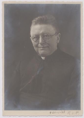 045396 - Dr. J.P. le Blanc geboren te Waalwijk op 30 januari 1870, priester gewijd op 19 mei 1894. Van 1897 tot 1915 was hij professor aan het groot seminarie in Haaren. Vanaf 19 maart 1915 pastoor van de parochie Goirke. Hij overleed te Tilburg op 20 januari 1935.