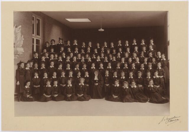 012064 - Kloosters. kweekelingen van de kweekschool van de Zusters van Liefde aan de Oude Dijk te Tilburg.