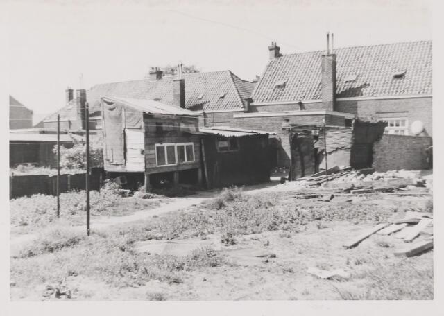 082271 - De achterzijde van de woningen (no.'s 111-113-115) aan de Pastoor Gillisstraat te Rijen. duiventil, konijnenhok, houten aanbouw, schuurtjes