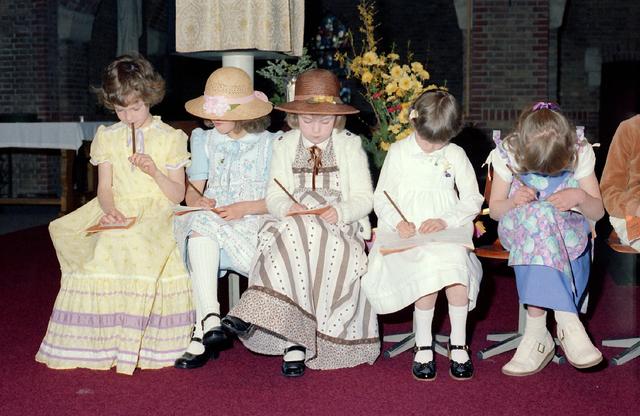 655237 - Eerste communie in de Sacramentsparochie te Tilburg op 6 mei 1979.