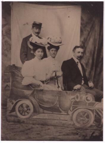 003760 - Tilburgse kermis van 1909. Van Links naar rechts: Jozef Brands, zijn schoonzuster Jo Loensink-Van Vlijmen, zijn echtgenote Marie Brands-Van Vlijmen, Gerrit Loensink.