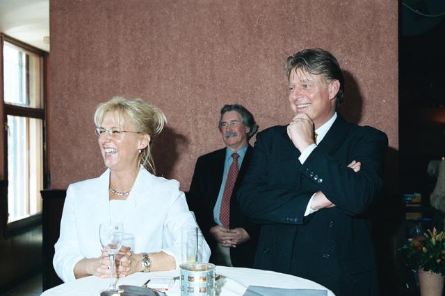 1237_002_202_015 - Gelach tijdens een toespraak van burgemeester Johan Stekelenburg bij een feestelijke bijeenkomst voor Verkeersschool Tilburg in april 2000. Ze ontvangen het certificaat van goedkeuring.