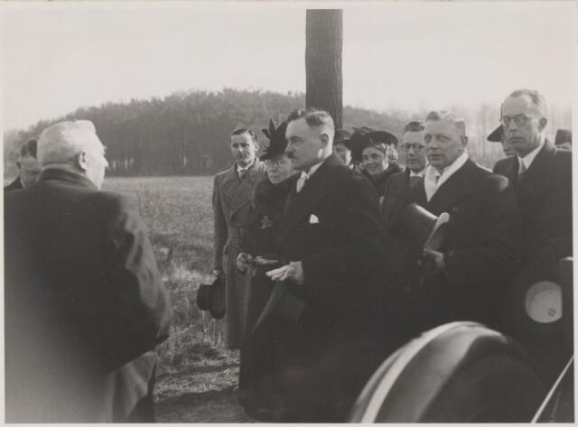 081409 - Ontvangst van het burgemeestersechtpaar J.M.H. Klardie in Gilze en Rijen op 18 maart 1941. Welkom geheten op de grens van de gemeente aan de rijksweg onder Hulten door de wethouders J. van den Wildenberg en L.J. Uijtendaal.