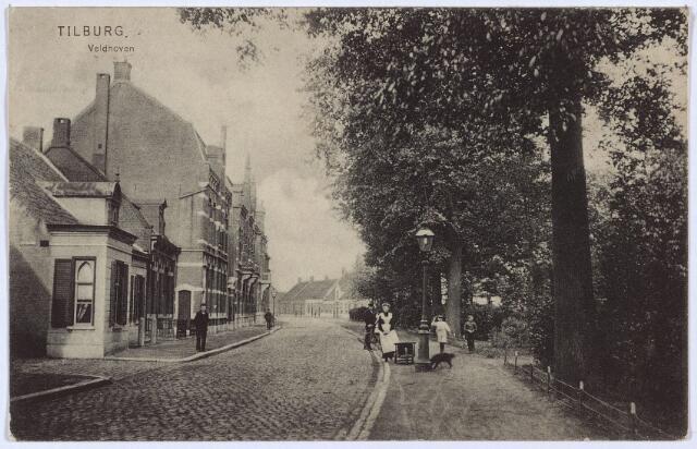 002795 - Noordzijde van het Wilhelminapark met links de ingang van Leo-zijstraat, nu dr. Nolensstraat.  Rechts van deze straat drie lage panden met v.l.n.r. de huisnummers Wilhelminapark 113, 112 en 111. Op nr. 113 woonde lederfabrikant Antonius Carolus Keunen, geboren te Tilburg op 3 november 1875 en aldaar op 2 mei 1905 getrouwd met Adriana Huberta Voskens. Achter dit pand, aan de latere dr. Nolenstraat, stond de leerlooierij van de familie Keunen. De moeder van Keunen was Maria Catharina van Roessel. Zij was een dochter van leerlooier Antonij van Roessel en Adriana van Cuijck. Op nr. 112 woonde twee ongehuwde tantes van Keunen: Johanna M.Th.B Schenkers, geboren te Tilburg op 6 juni 1862 en aldaar overleden op 20 maart 1936, dochter van leerlooier Johannes Adrianus Schenkers en Adriana van Cuijck, en  Maria E.C. van Roessel, geboren te Tilburg op 7 juli 1860, dochter van Adriana van Cuijck uit haar eerste huwelijk met leerlooier Antonij van Roessel. Na de dood van Johanna M.Th.B. Schenkers werden de panden Wilhelminapark 113 en 112 samengetrokken. Van 1950 tot 1960 was Raphaël C.M.J.A. Keunen, geboren te Tilburg op 29 maart 1915, zoon van voornoemde Antonius C. Keunen en Adriana Huberta Voskens, hoodbewoner van het pand. Hij was leerlooier van beroep en woonde er samen met zijn broer, die ook leerlooier was, en twee zussen. De leerlooierij aan de dr. Nolensstraat had inmiddels een andere naam gekregen: N.V. J.A. Schenkers, Chroomlederfabriek. Na het vertrek van de familie Keunen was tot 1964 het kantoor van de N.V. Schenkers in hun huis gevestigd. De leerfabriek aan de dr. Nolensstraat werd in 1993 gesloopt. In het derde lage pand, Wilhelminapark 111, woonde tot 1933 de weduwe van handelsagent Adriaan de Rooij. In 1933 is dit pand gesloopt. Ter plaatse werd een nieuw huis gebouwd, waar van 1934 tot aan haar overlijden op 18 juni 1957 Theresia C.H.M. Eras, weduwe van L.Th.M. de Beer woonde. Daarna werd dit pand betrokken door de familie De Leeuw.