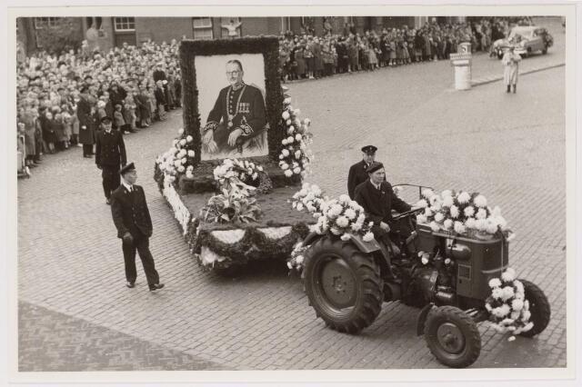 043116 - Wol- en bloemencorso b.g.v. het 10-jarig bevrijdingsfeest. portret van Burgemeester van de Mortel. (Nieuwsblad van het Zuiden 30-10-1954 pag. 3)
